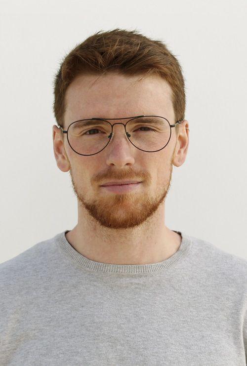 Kiel gafa graduada negro chico joven